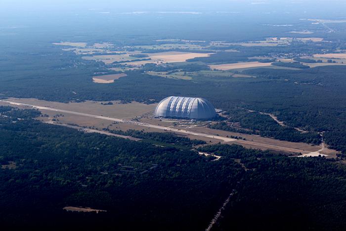 de loods van de firma Cargolifter, nu het grootste subtropisch zwembad ter wereld