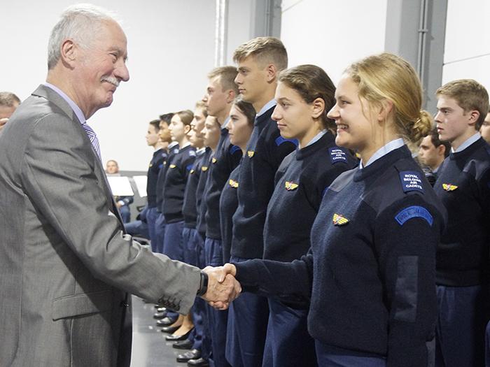 Generaal Guido Vanhecke feliciteert de luchtcadetten tijdens de vleugeluitreiking. Foto: Serge Nemry