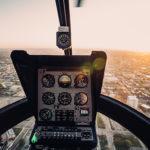 Zicht vanuit een helikopter cockpit