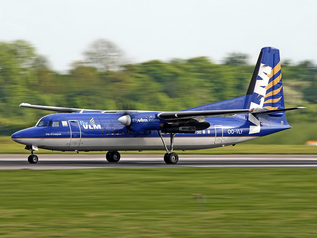 Fokker 50 van VLM OO-VLY te Manchester (foto Michael Braizer)
